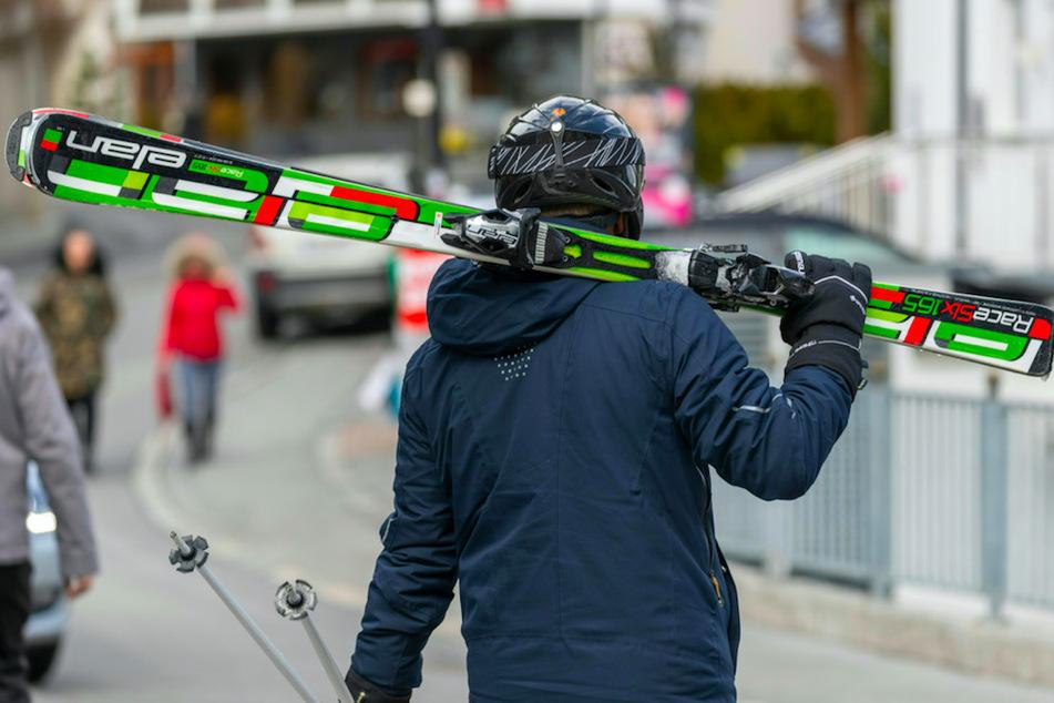 Skifahrer sollen in der Wintersaison wieder in den Genuss von Après-Ski kommen. (Symbolbild)