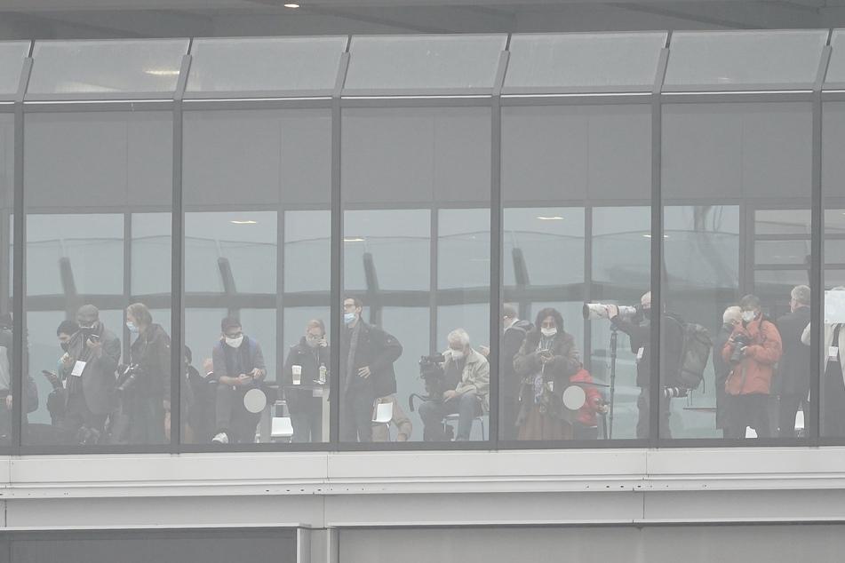 """Beobachter stehen auf der Besucher Terrasse des Terminal 1 des Hauptstadtflughafens Berlin Brandenburg """"Willy Brandt"""" (BER)."""