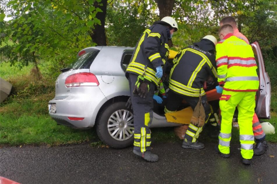 Klinik! Senior (85) verliert Kontrolle über VW und prallt gegen Baum