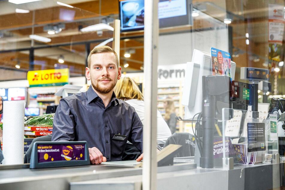 """""""Habe von Kunden an der Kasse innerhalb von 90 Minuten dreimal Schokolade für die Belegschaft geschenkt bekommen"""": EDEKA-Verkäufer Patrick Rothe (25) sitzt auch selbst an der Kasse."""