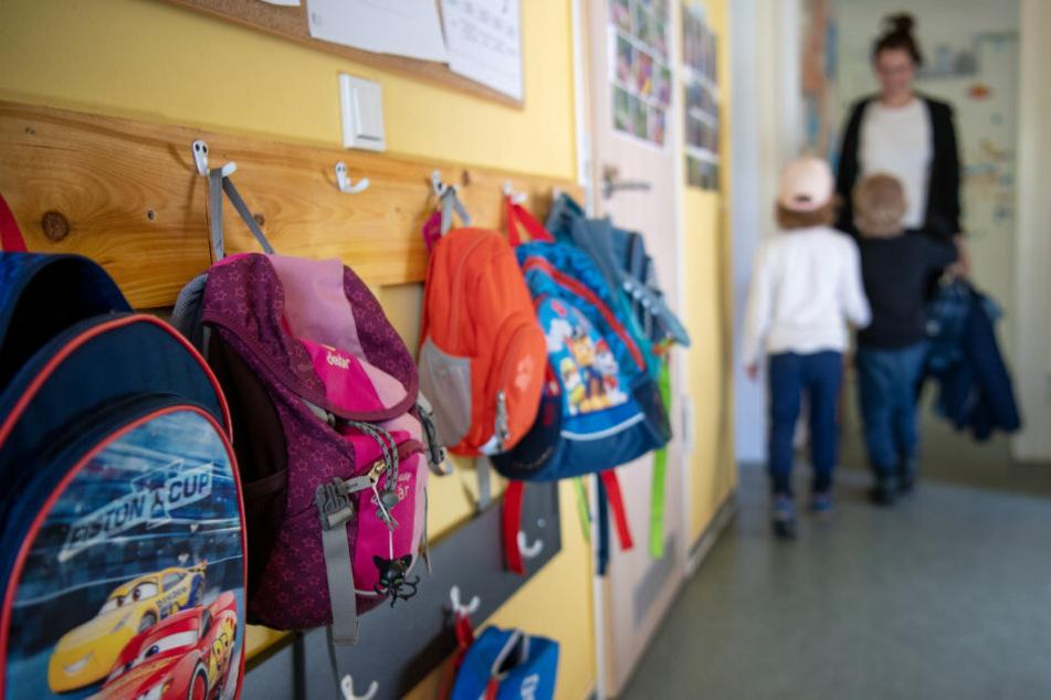 Kinderrucksäcke hängen im Eingangsbereich eines Kindergartens. Nach Vorstellungen Wegners sollen in Kitas spezielle Vorschulgruppen gebildet werden. (Symbolfoto)
