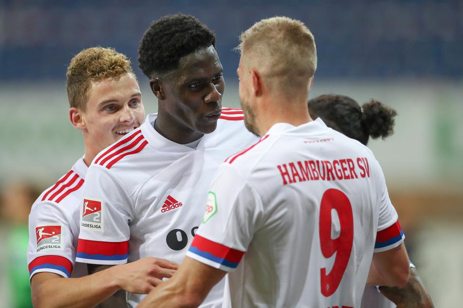 Amadou Onana feiert einen Sieg mit Simon Terodde (r) und Moritz Heyer (l).