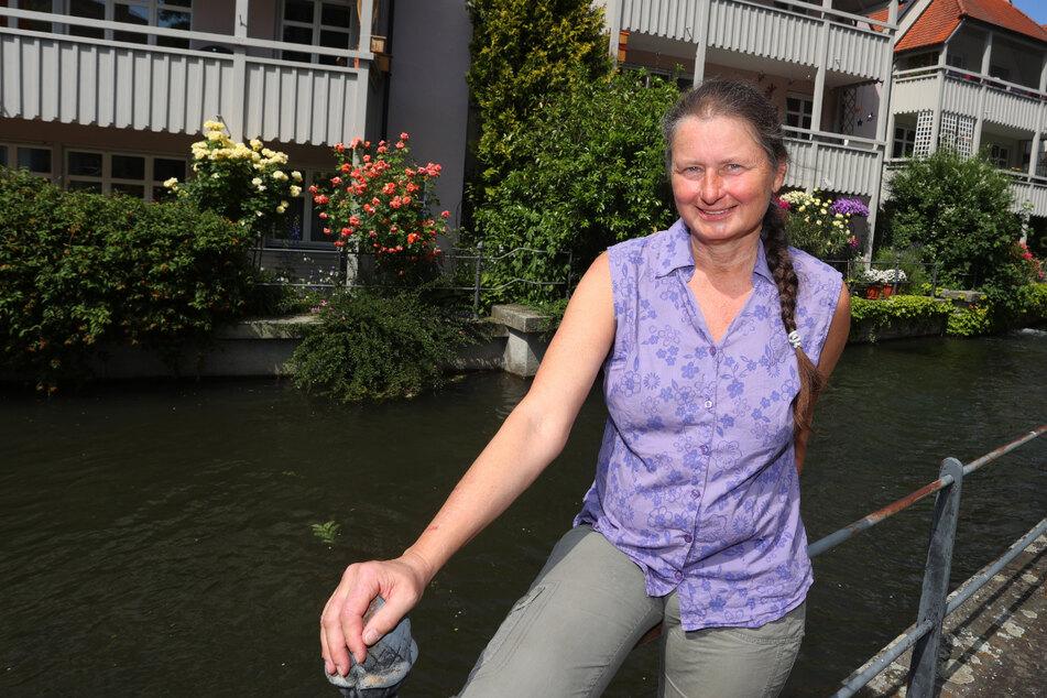 Christiane Renz, Klägerin im Fischertagsprozess, sitzt am Stadtbach in Memmingen.