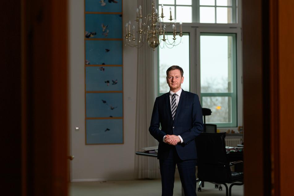 Sachsens Ministerpräsident Michael Kretschmer (45, CDU) spricht sich zunächst gegen eine FFP2-Maskenpflicht aus. Diese sei nur denkbar, wenn sie bezahlbar ist.