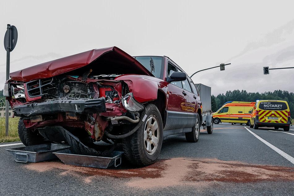 Die Motorhaube des Subarus wurde durch den Crash extrem eingedrückt.