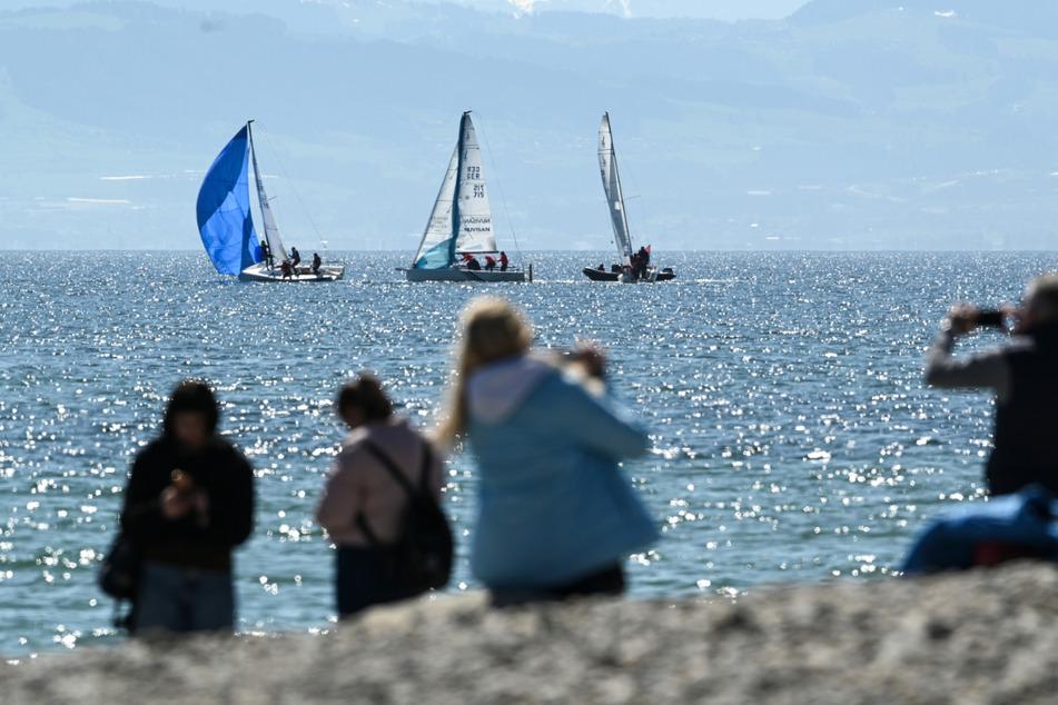 Schon am Ostersonntag hatte es Tagesausflügler an den Bodensee (wie hier in Friedrichshafen) gezogen.