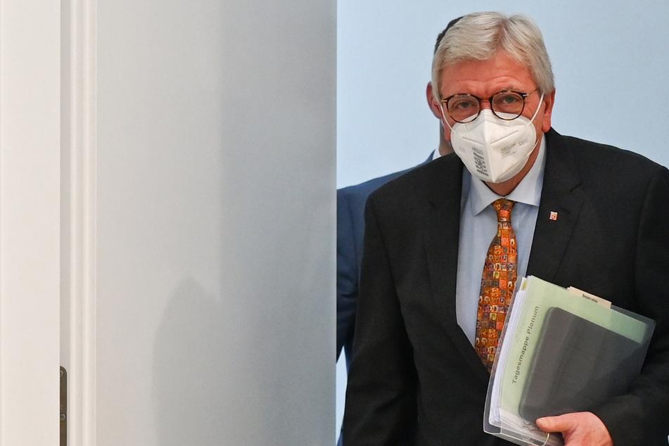 Volker Bouffier (69, CDU), Ministerpräsident des Landes Hessen, kommt zu Beginn der Sitzung des hessischen Landtags in den Plenarsaal.