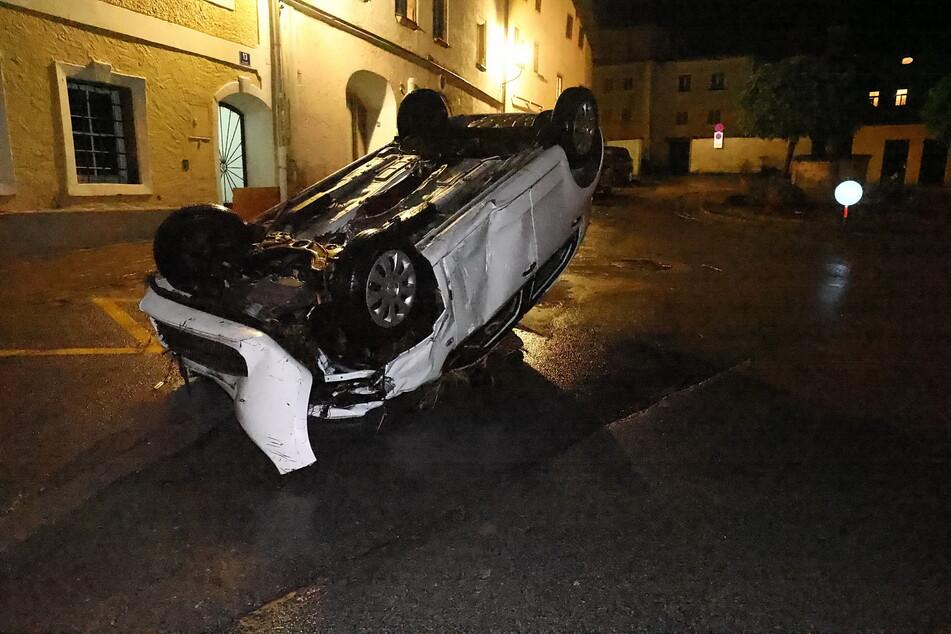 Ein Auto wurde von den Fluten in der Stadt Hallein mitgerissen und kam kopfüber auf der Straße zum Erliegen.