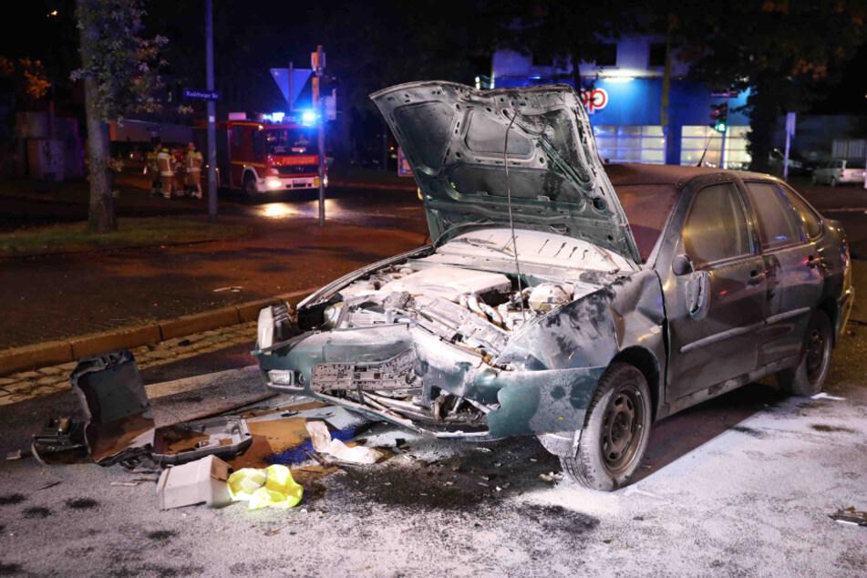 Der Volkswagen wurde durch den Crash stark beschädigt.