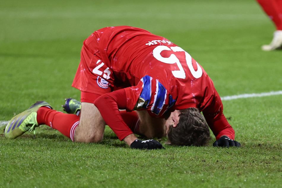 Thomas Müller liegt nach einer verpassten Torchance frustriert am Boden. Der Mittelfeldmann konnte seinen Ärger auch nach Abpfiff nicht verbergen.