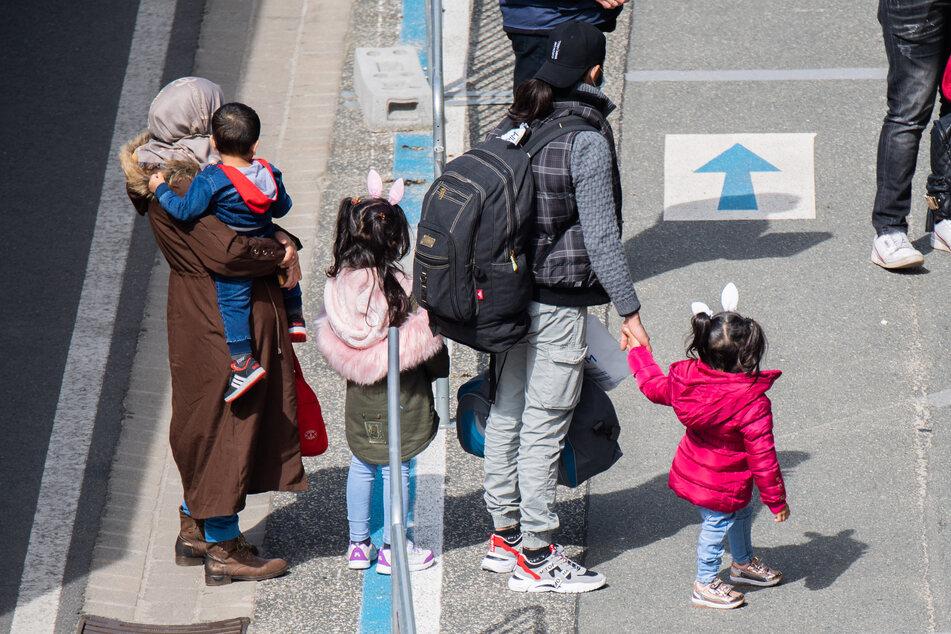 Flüchtlinge aus Griechenland kommen am Flughafen Hannover an. Gut ein Jahr nach Beginn der Aufnahmeaktion von schutzbedürftigen Menschen aus griechischen Flüchtlingslagern ist am Donnerstag zum vorerst letzten Mal ein Flugzeug mit Migranten in Deutschland gelandet. Insgesamt wurden fast 3000 Menschen aus den Lagern auf den griechischen Inseln geholt.