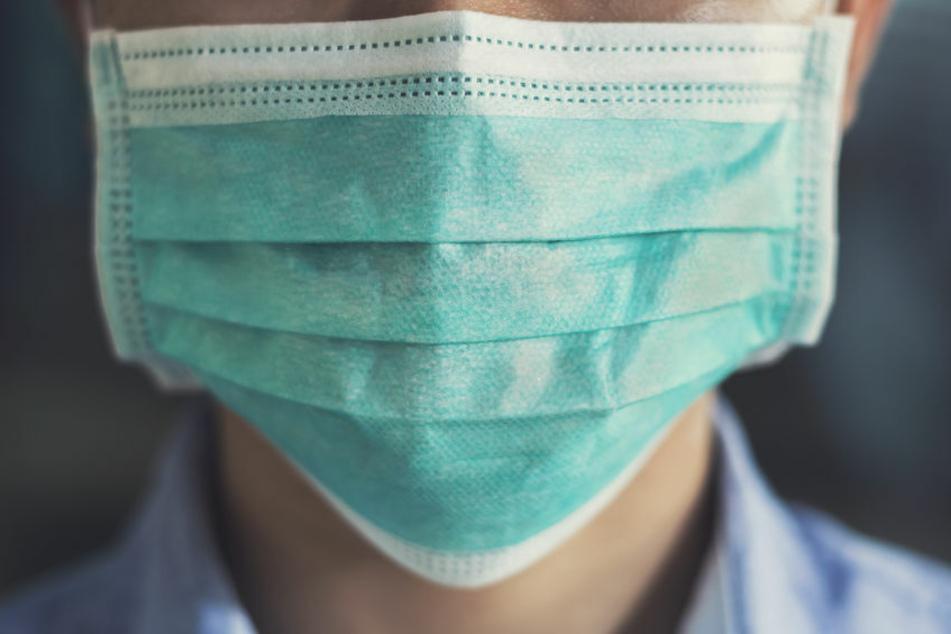 Weil ein Junge angeblich keinen Mund-Nasen-Bedeckung außerhalb der Unterrichtsräume tragen wollte, wurde er nach Hause geschickt (Symbolbild).