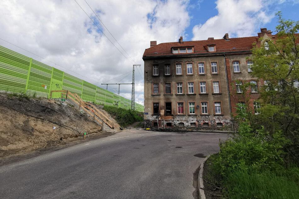 In dieser Kurve auf der Dortmunder Straße im Leipziger Stadtteil Mockau ist der VW-Fahrer geradeaus gefahren und in das Wohnhaus gekracht. Er verbrannte in seinem Wagen.