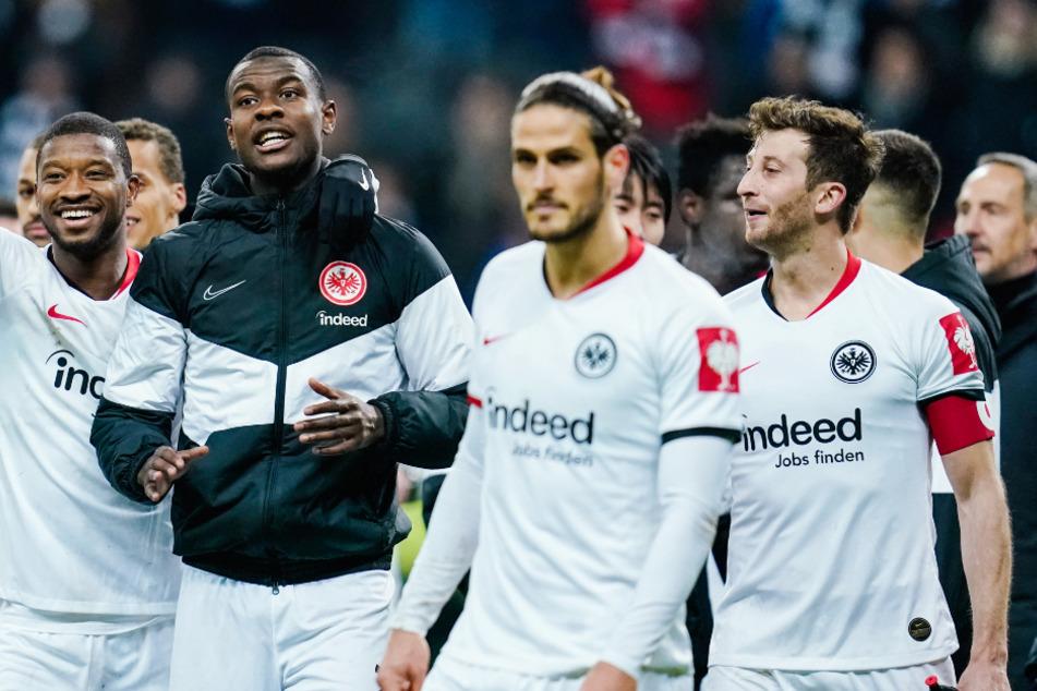 Spieler von Eintracht Frankfurt jubeln nach dem Sieg im Viertelfinale des DFB-Pokals.