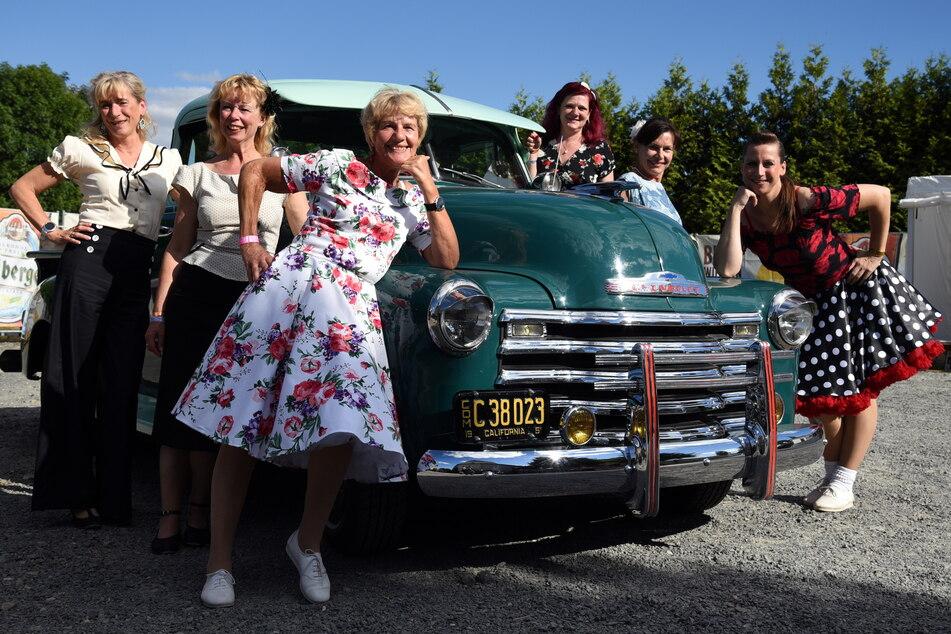 Zum Zeitreise-Gefühl des Festivals gehören auch Oldtimer und Petticoats.
