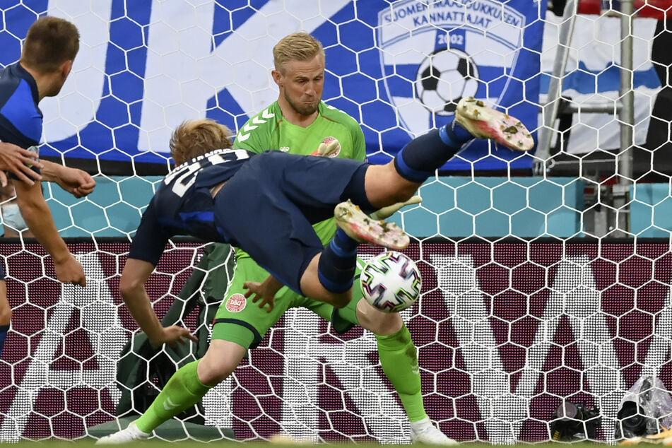 Finnlands Führungstor aus dem Nichts: Joel Pohjanpalo köpft das 1:0, Kasper Schmeichel (hinten) kann den Einschlag nicht verhindern.