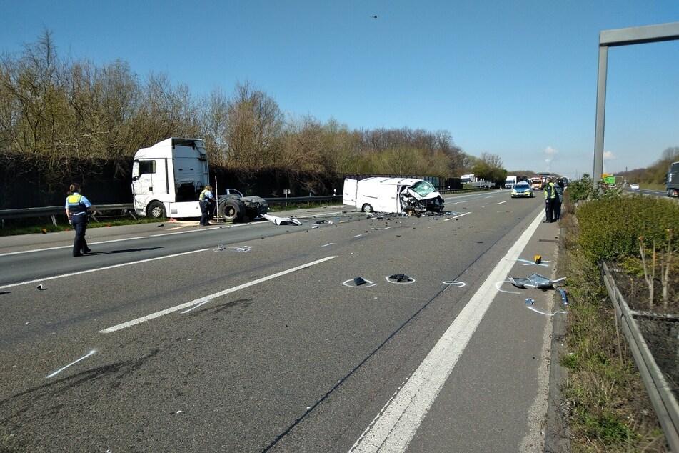 Die Autobahn wurde infolge des Unfalls in Richtung Dreieck Heumar komplett gesperrt.