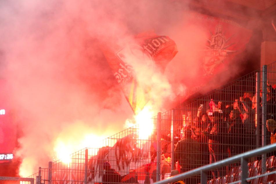 Zuerst brannte Pyrotechnik im FSV-Block, später zündelten auch die Gäste noch einmal.