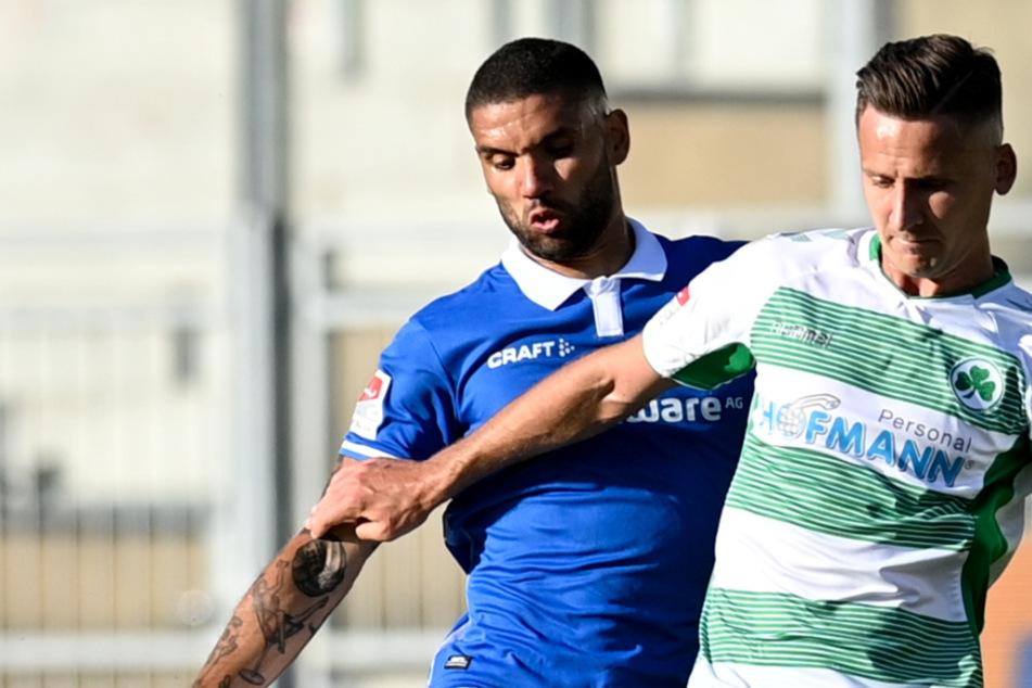 Darmstadts Victor Palsson (l.) versucht Fürths Paul Seguin (SpVgg Greuther Fürth) den Ball abzunehmen.