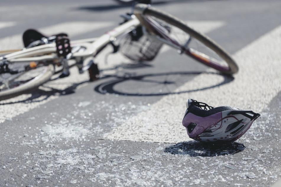 Autofahrerin übersieht junge Frau (18) auf Rad und verletzt diese schwer