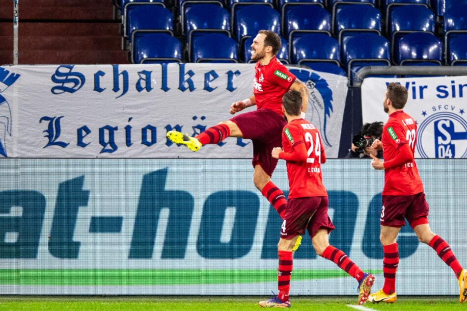 Rafael Czichos (l.) bejubelt seinen Führungstreffer für den 1. FC Köln mit Vorbereiter Dominick Drexler (M.).