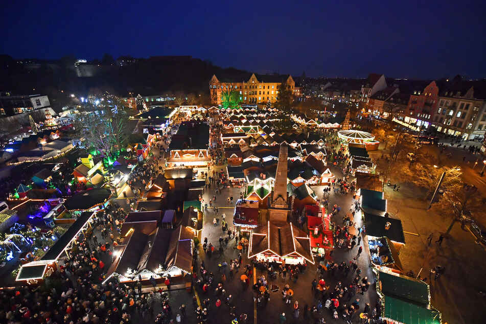 Tausende Lichter leuchten auf dem Erfurter Weihnachtsmarkt. Dieses Jahr wird der beliebte Weihnachtsmarkt nicht stattfinden.
