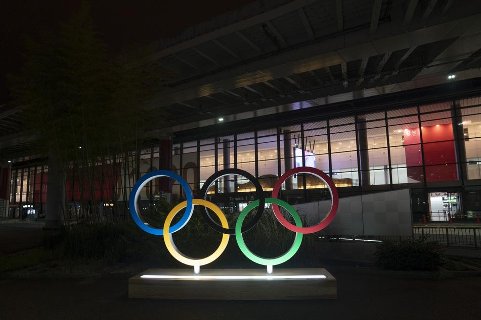 Die olympischen Ringe vor dem Narita International Airport in Japan. Die Spiele sollen vom 23. Juli bis zum 8. August stattfinden.