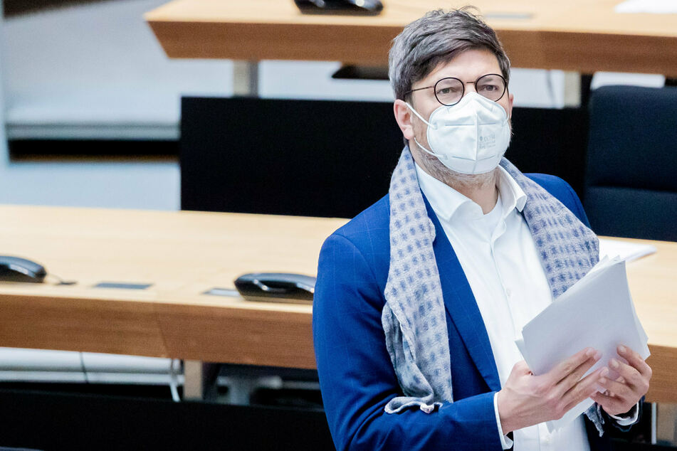 Dirk Behrendt (49, Bündnis 90/Die Grünen), Justizsenator von Berlin, steht zu Beginn der 76. Plenarsitzung des Berliner Abgeordnetenhauses im Plenarsaal.