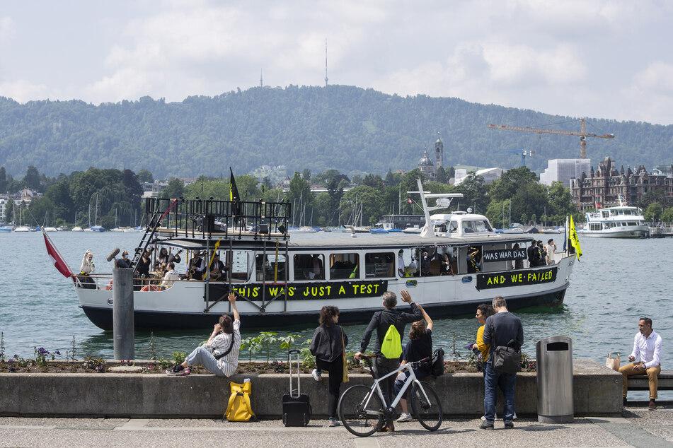 Schweiz, Zürich: Künstler vom Schauspielhaus Zürich singen auf dem Corona-Passionsschiff auf dem Zürichsee.