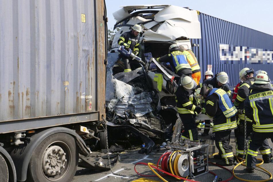Dass ein Kleinbus zwischen den beiden Lastwagen eingeklemmt wurde, sahen die Ersthelfer nicht sofort. (Archivbild)