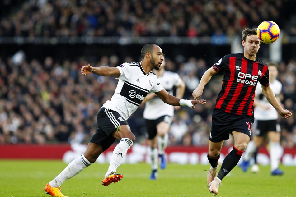 Chris Löwe (32, r.) im Dezember 2018 in der Premier League für Huddersfield Town vor Fulhams Denis Odoi (33) am Ball.