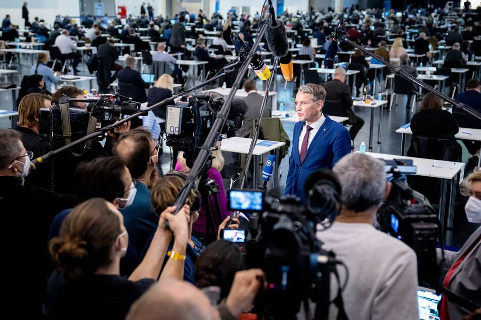 Björn Höcke (49) tritt beim Bundesparteitag der AfD vor die Mikrofone und Kameras der Journalisten.