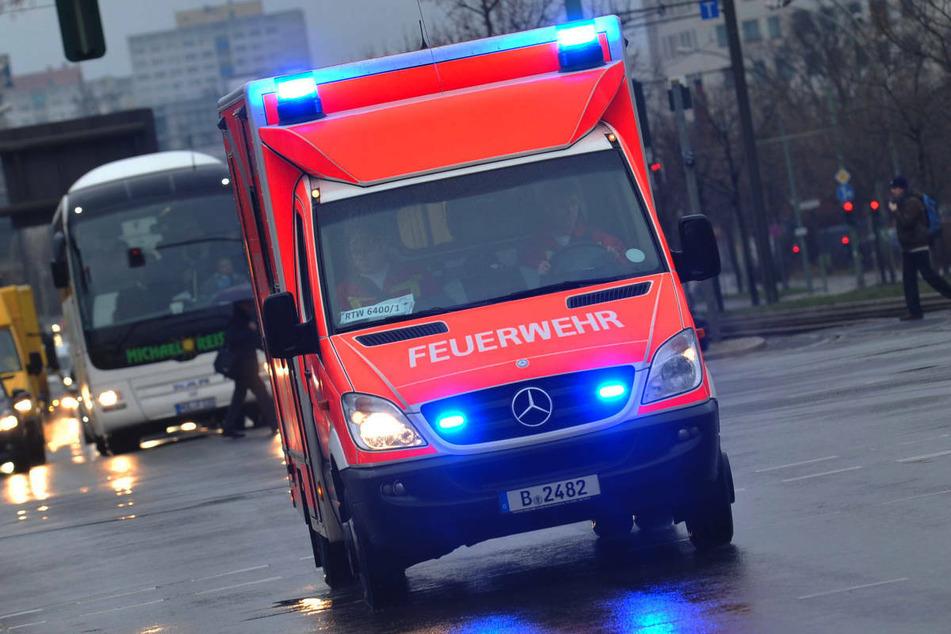 Am Dienstagvormittag ist ein Radfahrer in Berlin-Kreuzberg von einem abbiegenden Lastwagen erfasst und schwer verletzt worden. (Symbolfoto)