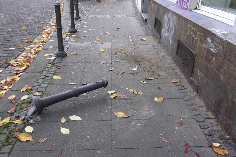 Beim Versuch, rückwärts in die Maxstraße in Bonn zu fahren, hat eine 35-Jährige am Samstag gleich mehrere Poller überfahren.
