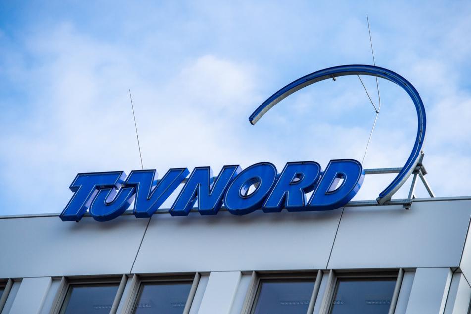 Am Hauptsitz des Unternehmens TÜV Nord in Hannover ist das Logo der Prüfgesellschaft zu sehen.