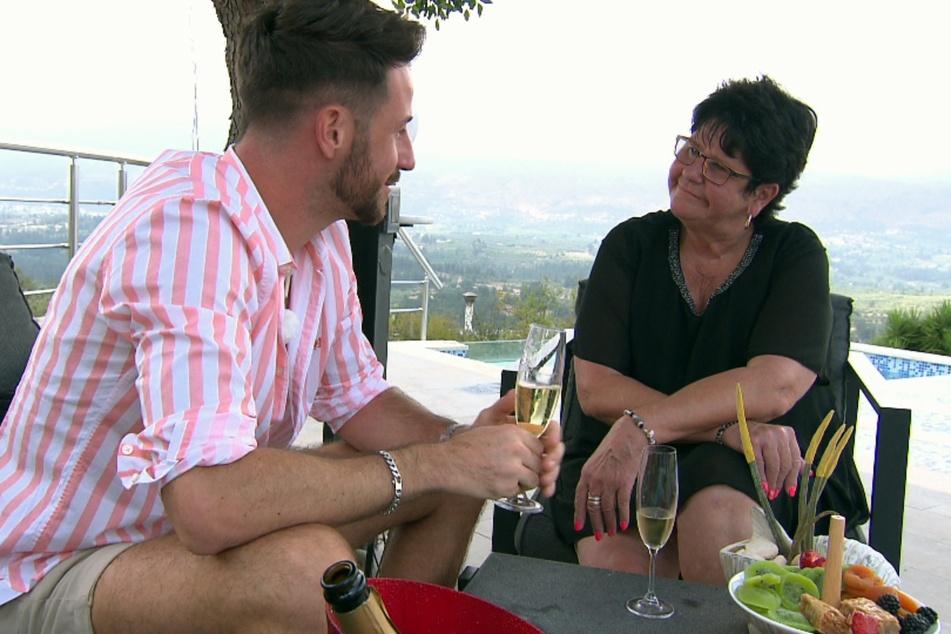 """Alex' Mutter Heidi lernt die """"Prince Charming""""-Kandidaten in der sechsten Folge beim Speed-Dating kennen."""