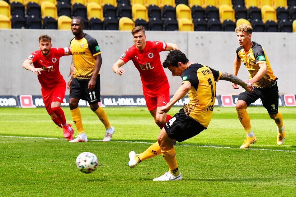 Philipp Hosiner (2.v.r.) verwandelt den Foulelfmeter zum 2:0 für Dynamo.