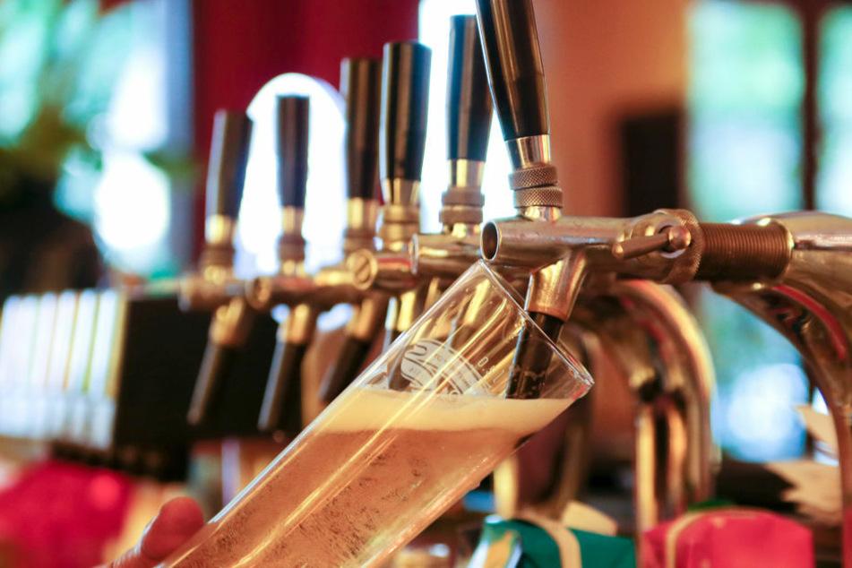 Droht den Berlinern jetzt doch eine nächtliche Sperrstunde, in der Alkohol weder ausgeschenkt noch verkauft werden darf? (Symbolfoto)