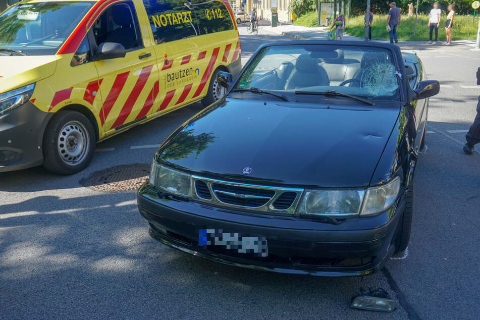 Der Saab bekam einigen Blechschaden ab, deutlich schlimmer traf es bei dem Unfall aber den Fahrradfahrer: Er musste ins Krankenhaus.