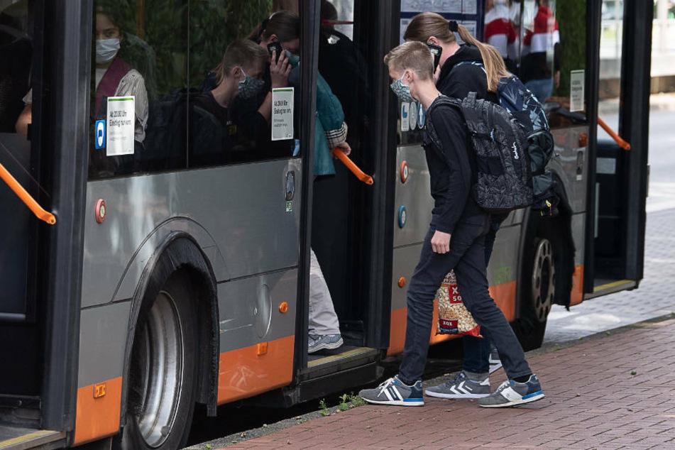 So will das Land gegen überfüllte Busse im Schüler-Verkehr vorgehen