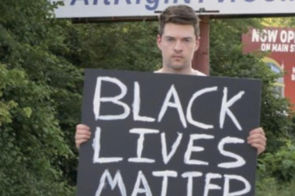 """Krasses Selbstexperiment: Mann protestiert gegen Fremdenhass in Amerikas """"rassistischster Stadt"""""""