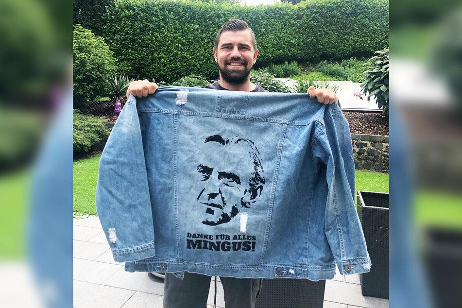 Benny Kirsten mit der Minge-Jeansjacke. Er versteigert sie zu Gunsten der Kirsten-Stiftung.
