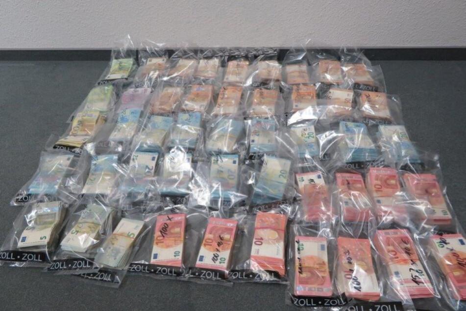 Insgesamt rund 244.000 Euro fanden die Beamten.