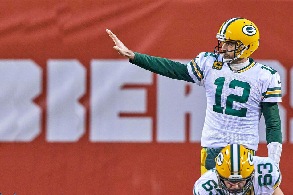 Aaron Rodgers shows up to Packers training camp after months of speculation