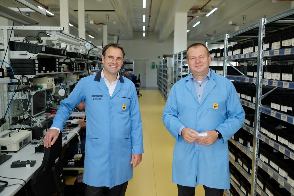 Pierre-Pascal Urbon (l.), Vorstandsvorsitzender der Komsa AG, und Sven Mohaupt, Vorstand der Komsa AG, in ihrem Unternehmen.