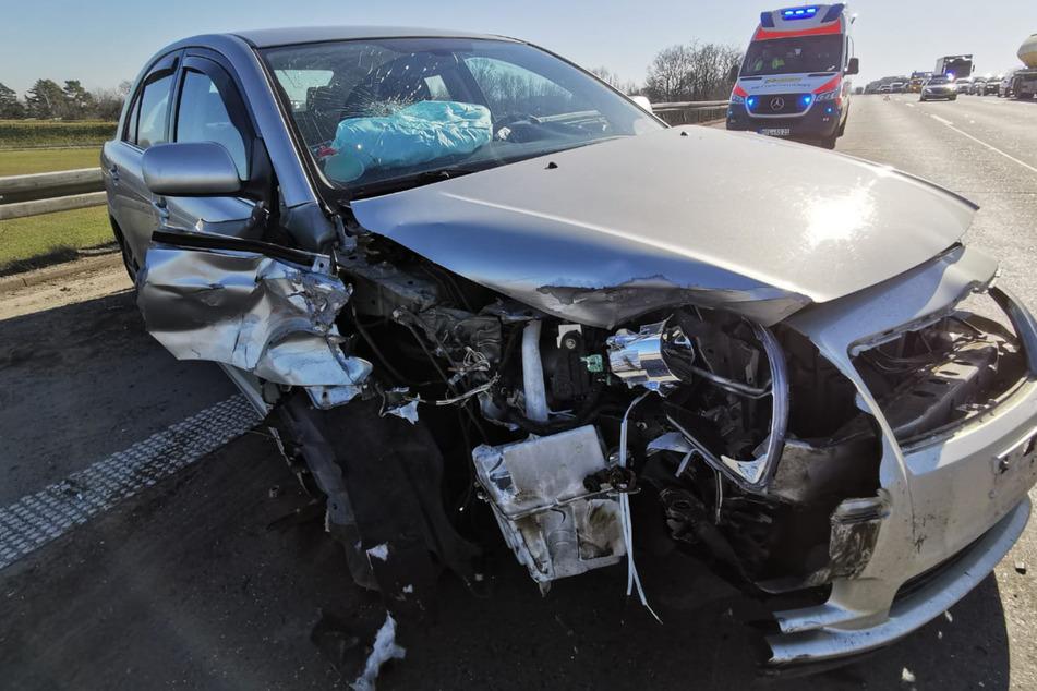 Beide beteiligte Autos wurden stark beschädigt.