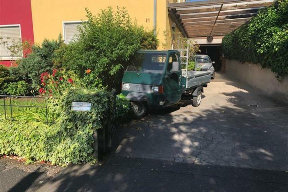 Mit dem Traktor-Gespann rammten die drei noch Unbekannten wohl auch eine Piaggio APE.