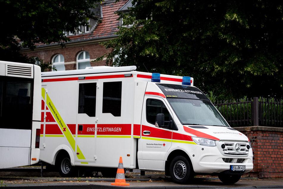 Ein Einsatzleitwagen des Deutschen Roten Kreuzes steht vor einer Schule, in der Corona-Tests durchgeführt werden.