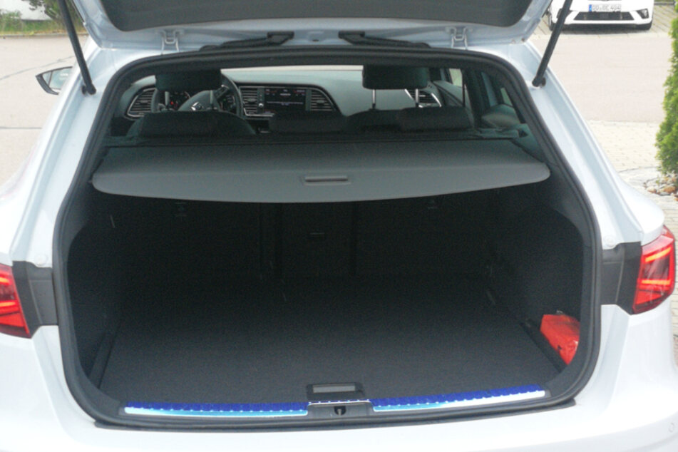 Im Kofferraum befindet sich eine 12-V-Steckdose, an die Ihr unterwegs kleinere Elektrogeräte anstecken können.
