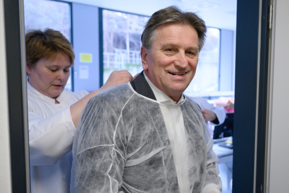 Gesundheitsminister Manne Lucha in einem Labor.